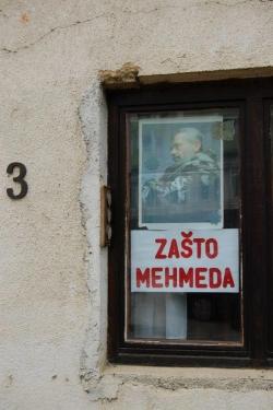 """Poster na jednoj od zgrada u Sanskom Mostu sa pitanjem patriota:""""Zašto Mehmeda""""?"""