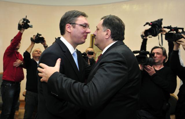 http://hrvatskifokus-2021.ga/wp-content/uploads/2017/04/www.bosnjaci.net_foto_Dodik_Vucic_zagrljaj.jpg