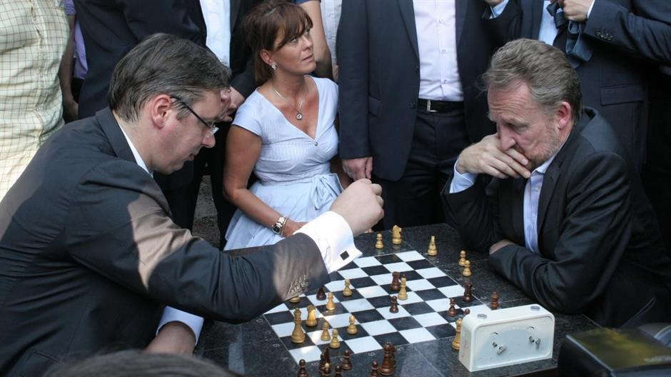 http://www.bosnjaci.net/foto/IzetbegeovicVucic_igra_saha.jpg