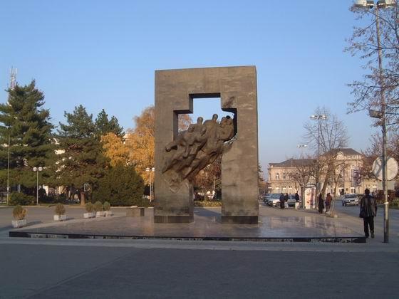 Na gradskom trgu u Bijeljini dominira spomenik borcima otadžbinskog rata